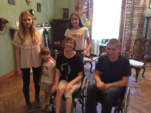 Na fotografii: Klaudia z siostrami Weroniką, Julią i Anią oraz Piotr.
